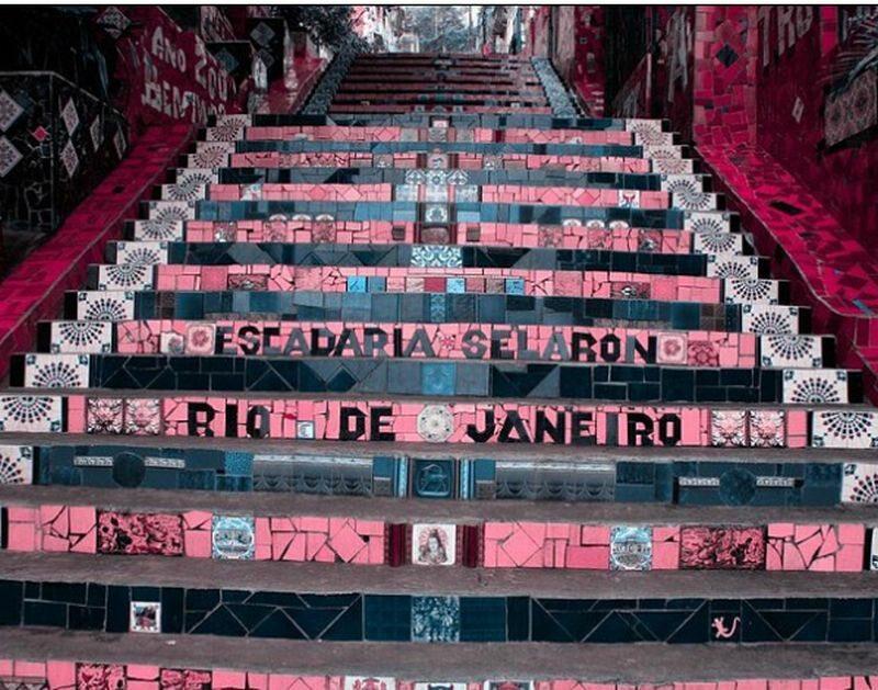Schody w Rio de Janeiro wg osoby z tritanopią Tritanopia polega na myleniu barwy jasnoniebieskiej z szarościami, ciemnoniebieskiej z czernią, zieleni z niebieskościami i pomarańczy z czerwienią.