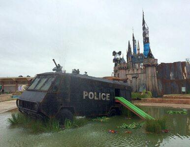 """""""Welcome to Dismaland"""". Apokaliptyczny park rozrywki Banksy'ego"""