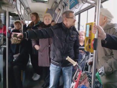 Awantura w warszawskim autobusie. Tłum wyrzucił starszego mężczyznę z...