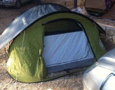 Po wypadku porzuciła samochód przy rondzie i poszła spać do namiotu....