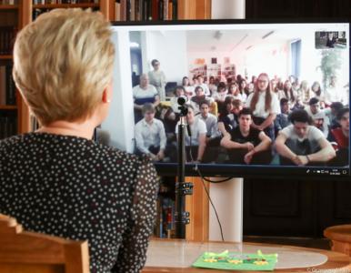 Pierwsza Dama rozmawiała z uczniami przez wideo. Na zdjęciu 30 osób w...