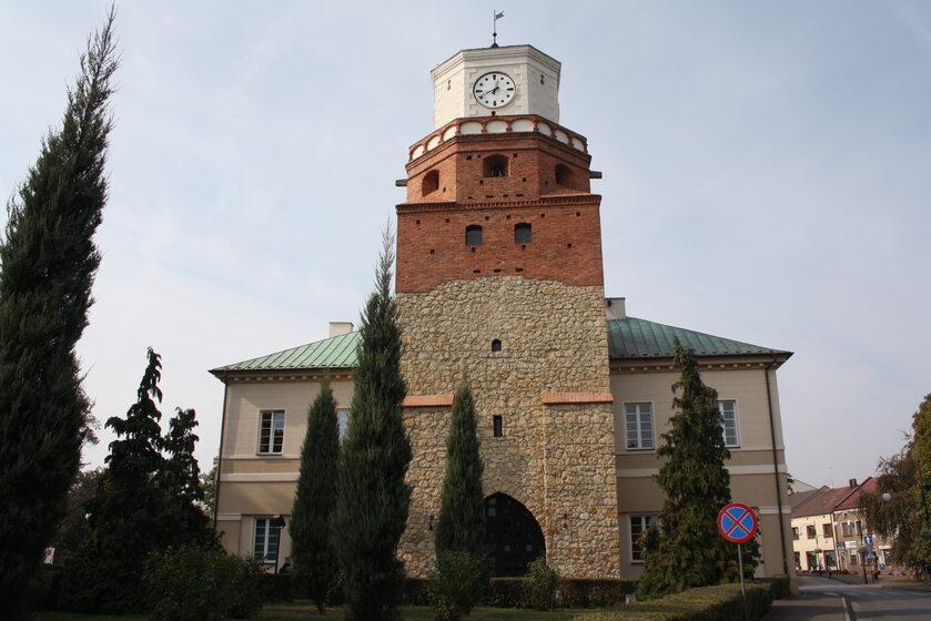 Ratusz w Wieluniu, z fragmentem zabytkowych murów obronnych