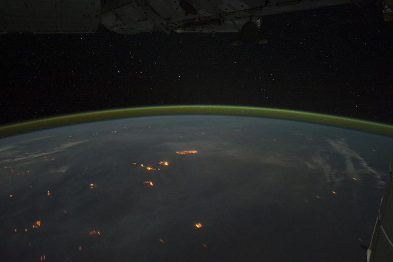 Ogień na niebie i na Ziemi Astronauci na Międzynarodowej Stacji Kosmicznej (ISS) użyli aparatu cyfrowego, aby uchwycić kilkaset zdjęć zorzy polarnej podczas przelotu nad Oceanem Indyjskim 17 września 2011 r.
