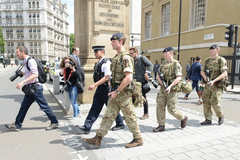 Brytyjscy żołnierze pomagający pilnować porządku po zamachu w Manchesterze