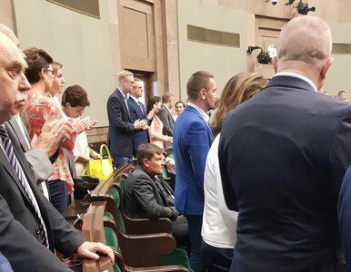Jakubiak fotografuje siedzących posłów PO. Jak upamiętniano rocznicę...