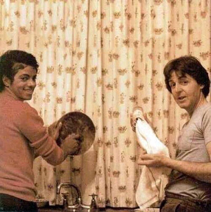 Michael Jackson i Paul McCartney zmywają naczynia, 1982 r.