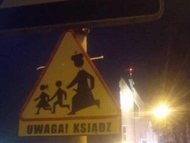 Toruń. Kontrowersyjny znak drogowy z księdzem w pobliżu parafii