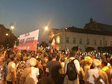 90. miesięcznica smoleńska. Gorąco na Krakowskim Przedmieściu, policja...