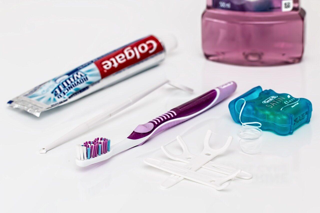 Przy jednorazowym czyszczeniu zębów nicią dentystyczną: