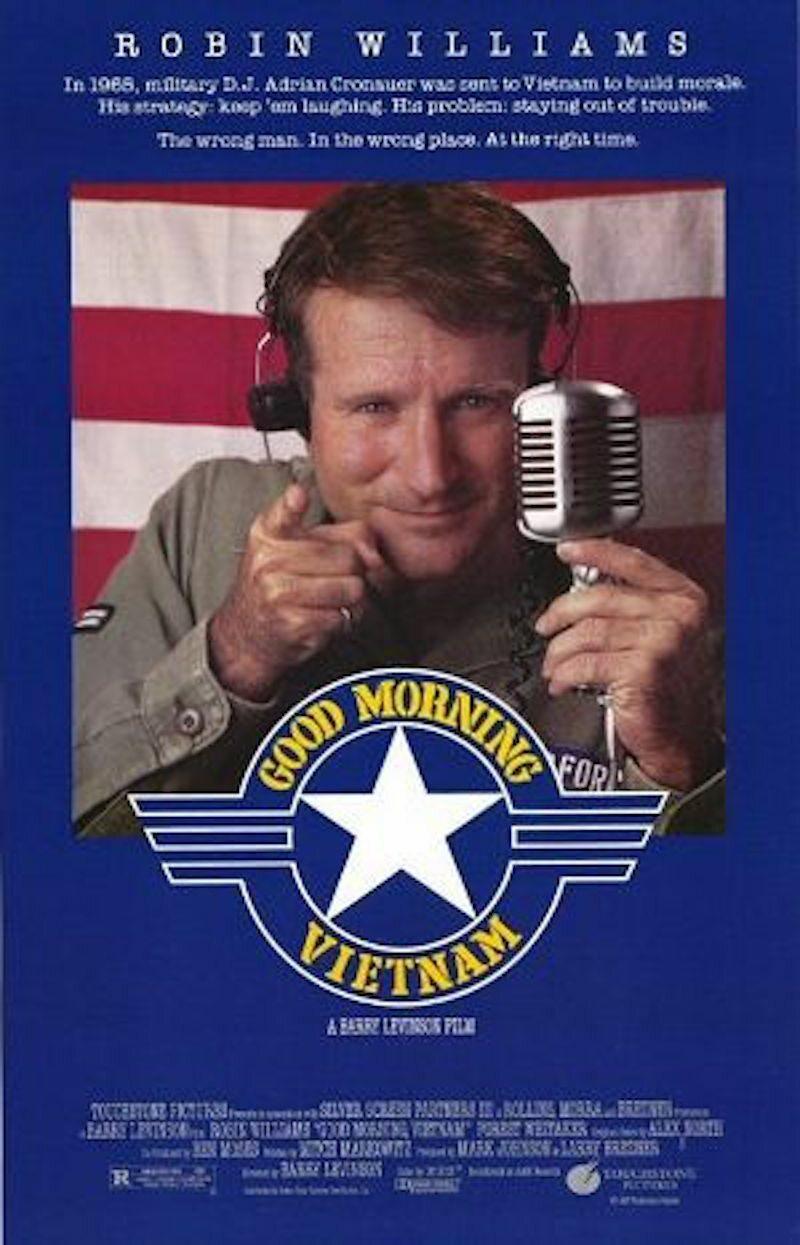 """""""Good Morning, Vietnam"""" Za rolę w tym filmie Robin Williams otrzymał jedną z trzech w swojej karierze nominacji do Oscara. """"Good Morning, Vietnam"""" to komedia wojenna produkcji USA z 1987 roku, wyreżyserowana przez Barry Levinsona.Adrian Cronauer (Robin Williams) przybywa do Wietnamu jako prezenter radiowy American Forces Network by umilić czas żołnierzom."""