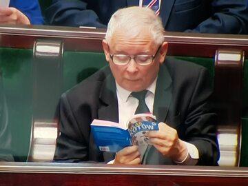 Prezes PiS przyłapany z książką w Sejmie. Wybór lektury nie powinien...