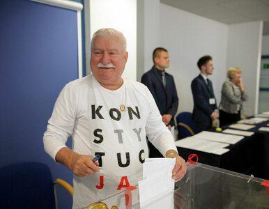 """Lech Wałęsa głosował w koszulce z napisem """"Konstytucja"""". Co na to PKW?"""