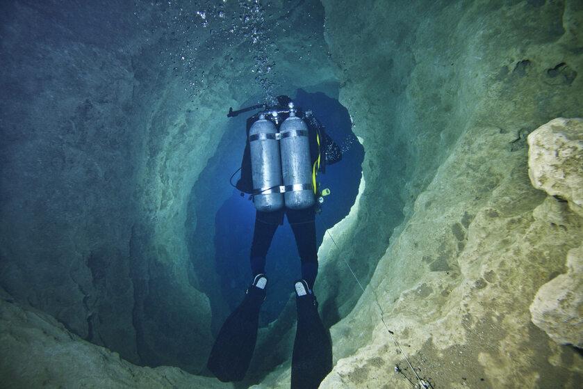 Płetwonurek w jaskini (zdj. ilustracyjne)