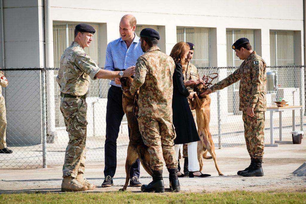 Kate i William podczas wizyty w Army Canine Centre