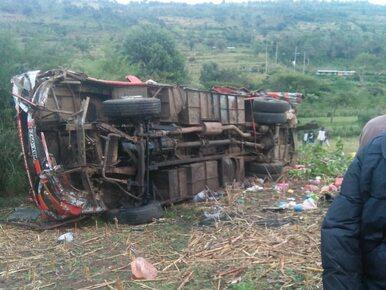 Autobus zjechał z drogi i stoczył się ze skarpy. Co najmniej 50...
