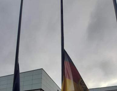 """Ambasada Niemiec opuściła flagi do połowy masztu. """"Na znak głębokiego..."""