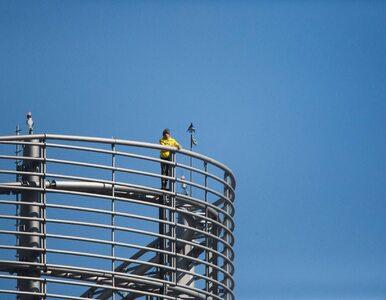 """Francuski """"Spiderman"""" zawiesił flagę na wieżowcu w Hongkongu. Zarzucono..."""