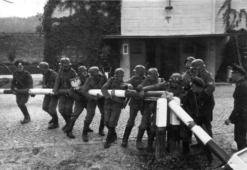 Zdjęcie propagandowe odtwarzające wkroczenie Niemiec do Polski 1 września 1939 r.