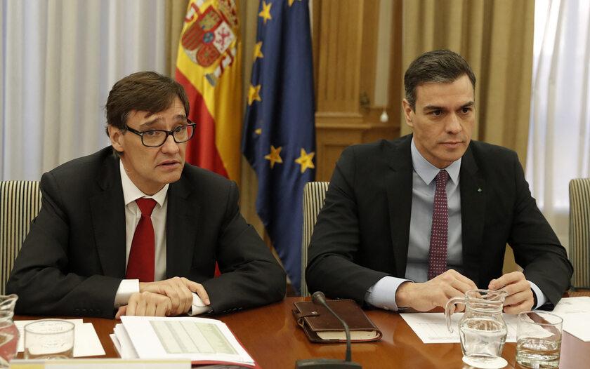 Premier Pedro Sanchez i minister zdrowia Salvador Illa