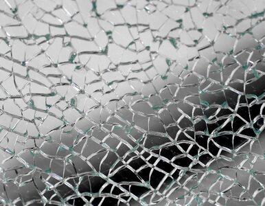 Warszawa: renault uderzył w ścianę. Dwie osoby ranne