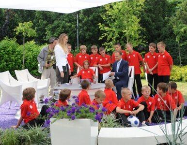 Tusk gra z dziećmi w piłkę, kibice protestują